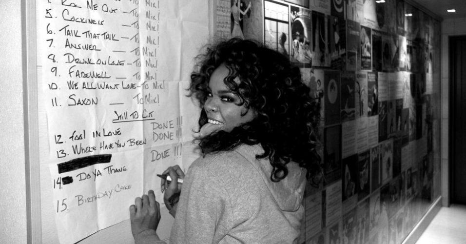 Em estúdio, Rihanna completa a lista de músicas finalizadas de seu novo disco,