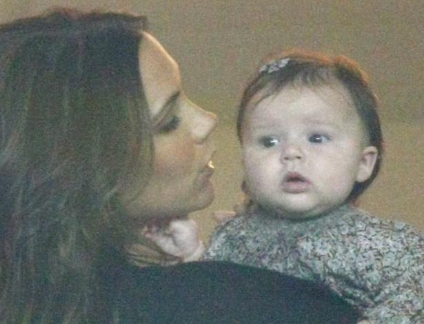 Victoria Beckham mima a caçula Harper; veja fotos (6/11/11)