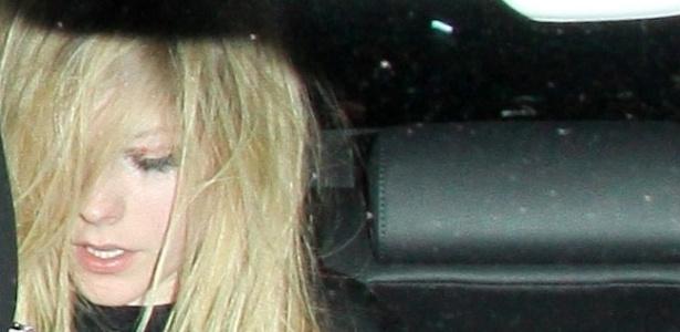 Avril Lavigne evita fotos após confusão em hotel de Los Angeles, na Califórnia (5/11/11)
