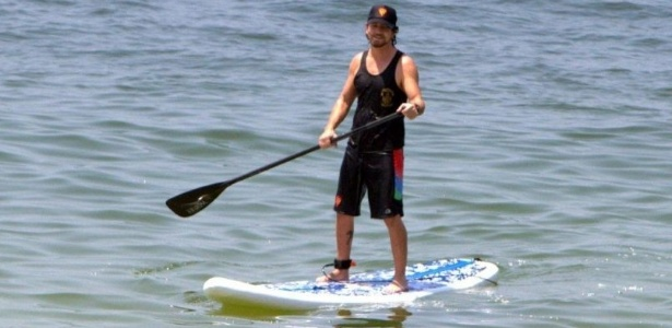"Eddie Vedder, vocalista do Pearl Jam, pratica ""stand up paddle"" na praia de Ipanema, no Rio"