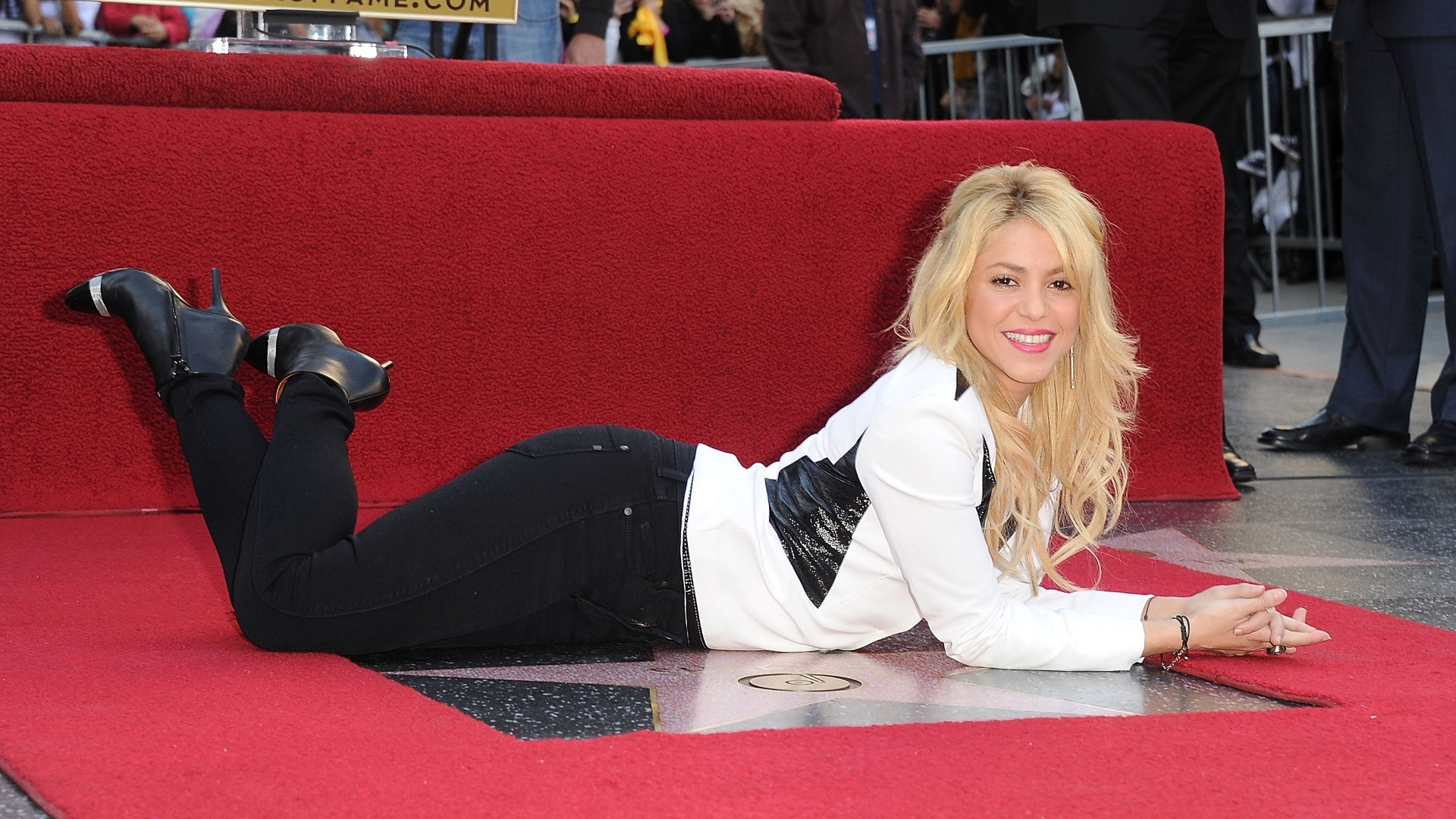 Shakira posa em cima de sua estrela na Calçada da Fama, em Hollywood (08/11/11)