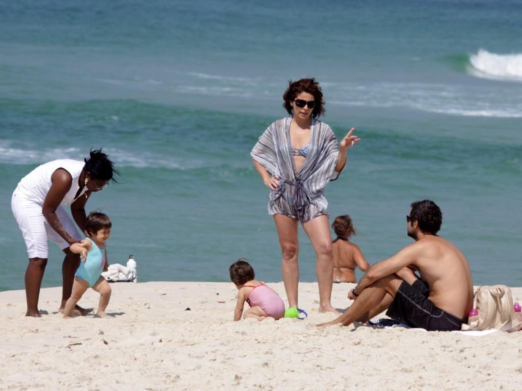 Giovanna Antonelli e o marido, Leonardo Nogueira, levam as gêmeas Antônia e Sofia à praia da Barra, na zona oeste carioca (9/11/11)