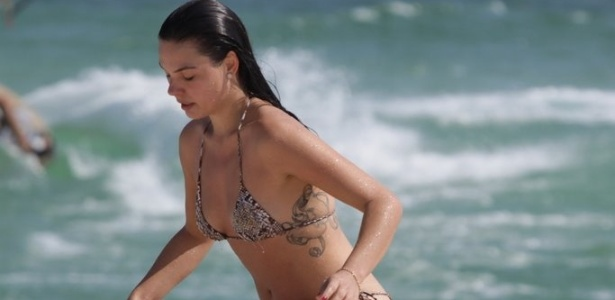 Isis Valverde mostra corpo em forma em ida à praia com o namorado (9/11/11)