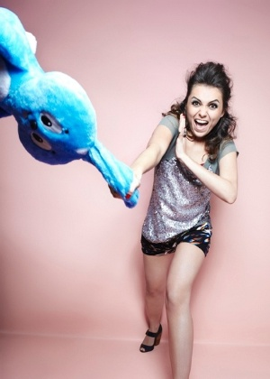 """Mônica Iozzi posa para a revista """"TPM"""" com um coelhinho de pelúcia azul (novembro/2011)"""