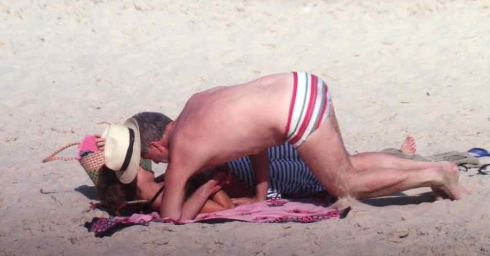 Bial curte praia com a nova namorada em Grumari, Rio de Janeiro (11/11/11)