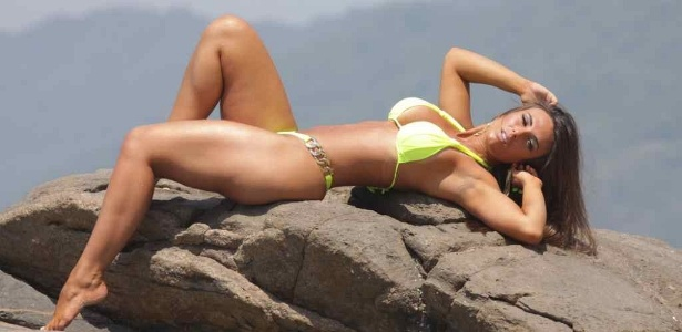 Nicole Bahls posa para ensaio fotográfico na praia do Abricó, na zona oeste carioca (11/11/11)