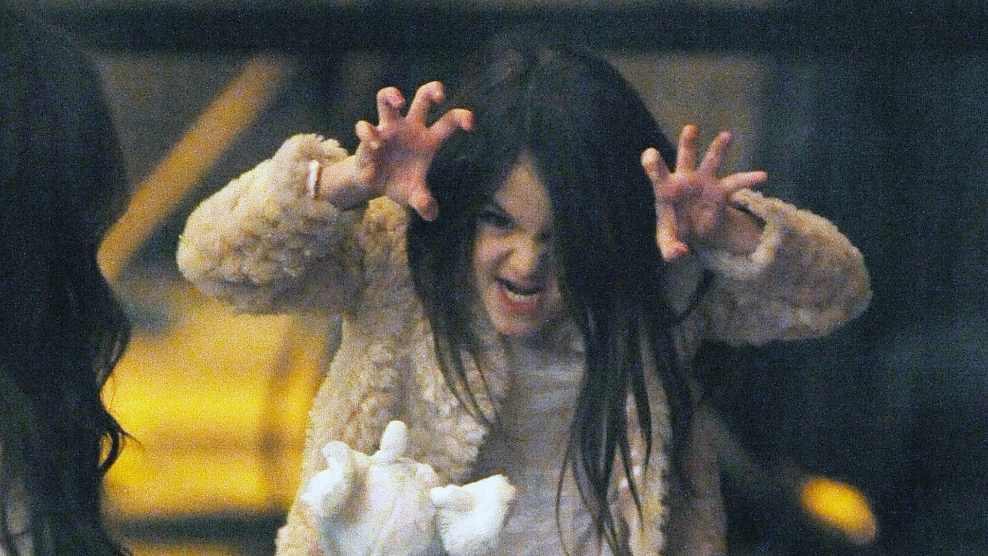 No colo da me, Suri Cruise faz caretas e 