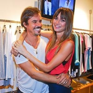 Paulo Vilhena e Thaila Ayala em evento realizado na loja de camisetas do ator, em São Paulo (12/11/2011)