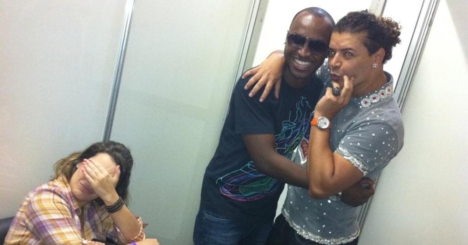 Fernanda Souza posta foto com Thiaguinho e David Brazil no Twitter (13/11/11)