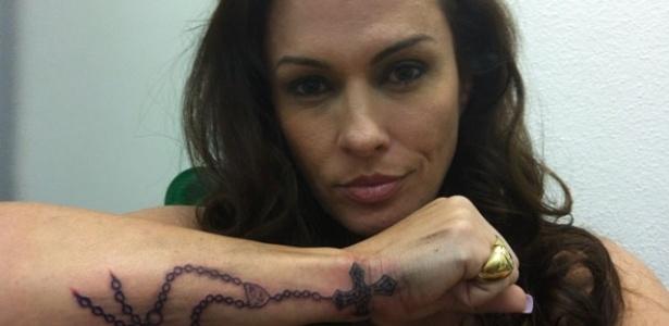 Núbia de Oliveira faz mais uma tatuagem e opta por um terço no antebraço (13/11/11)