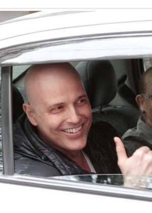 Reynaldo Gianecchini volta para casa, ao lado de sua mãe, Heloísa, após internação em São Paulo