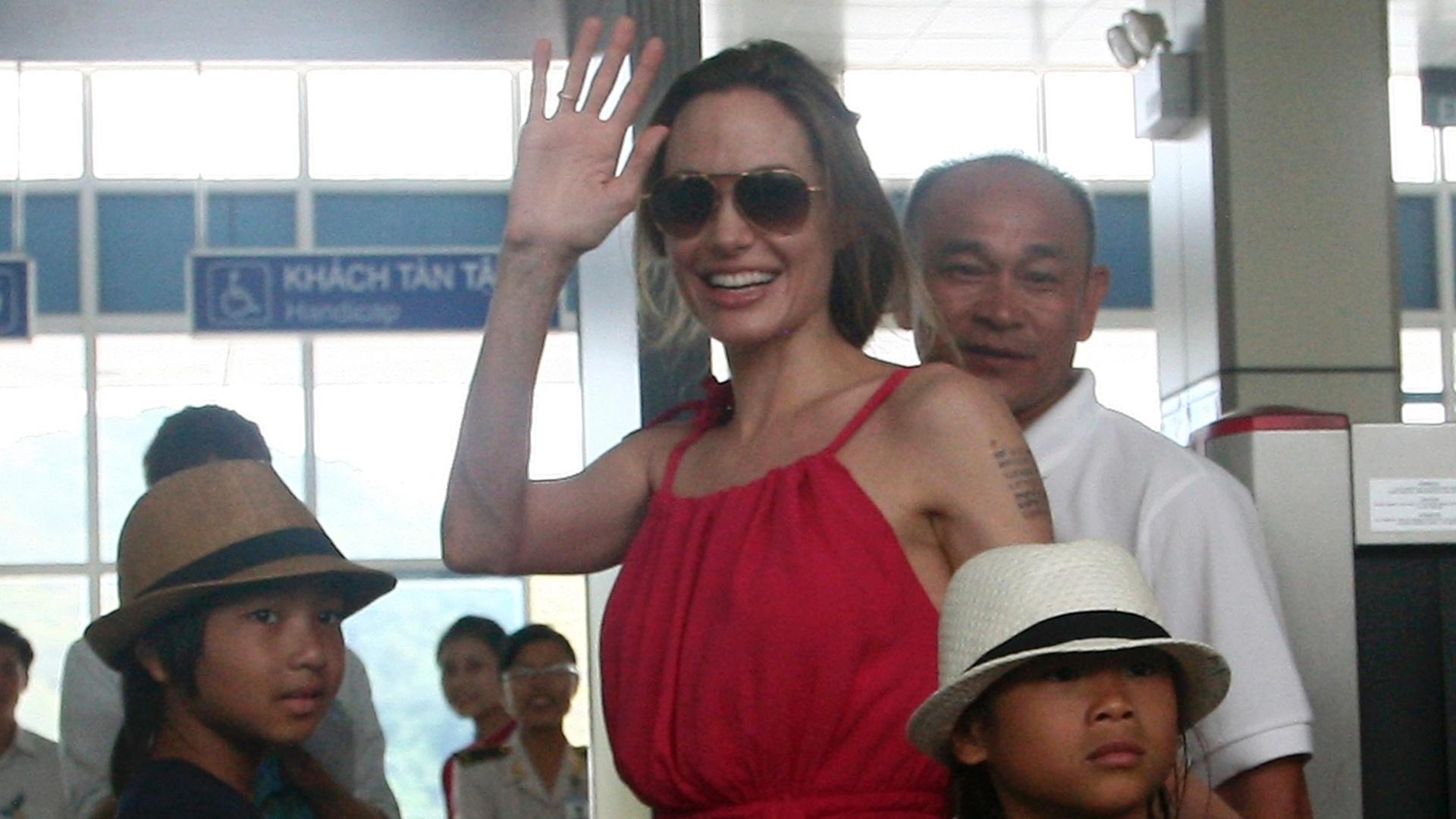 Ao lado dos filhos, Angelina Jolie acena para os fãs no Vietnã (15/11/11)