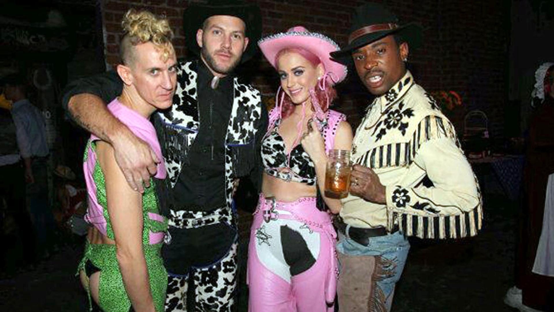 Katy Perry aparece vestida com roupa rosa de vaqueira do Velho Oeste em foto com amigos, em Los Angeles