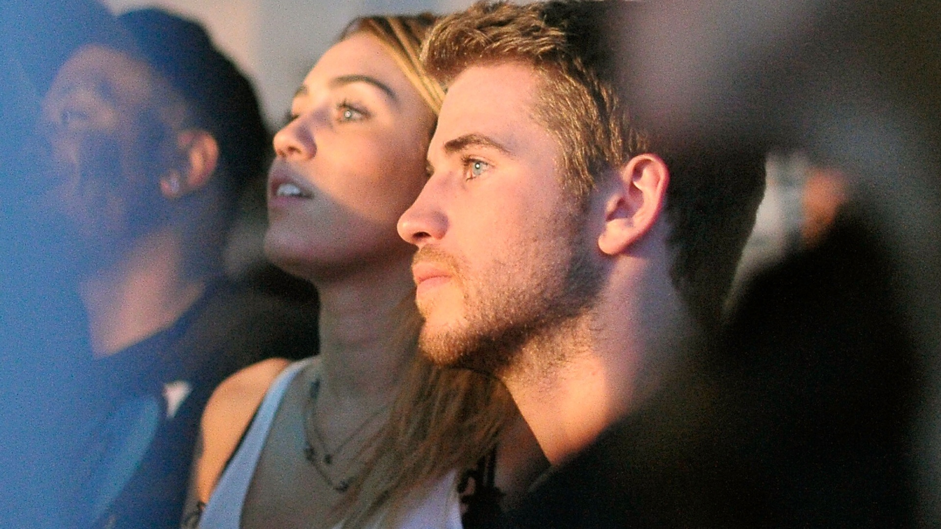 Após críticas de que estaria acima do peso, Miley Cyrus e o namorado Liam Hemsworth curtem show em Los Angeles (16/11/11)