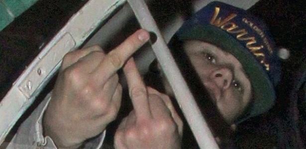 Justin Bieber perde a compostura e mostra dedo médio aos fotógrafos (14/11/11)