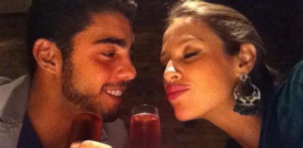No Twitter, Luana Piovani posta foto ao lado de Pedro Scooby (16/11/11)