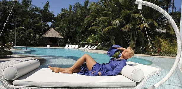 Xuxa abre sua casa para a revista 
