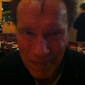 Arnold Schwarzenegger machuca a cabeça nas gravações de