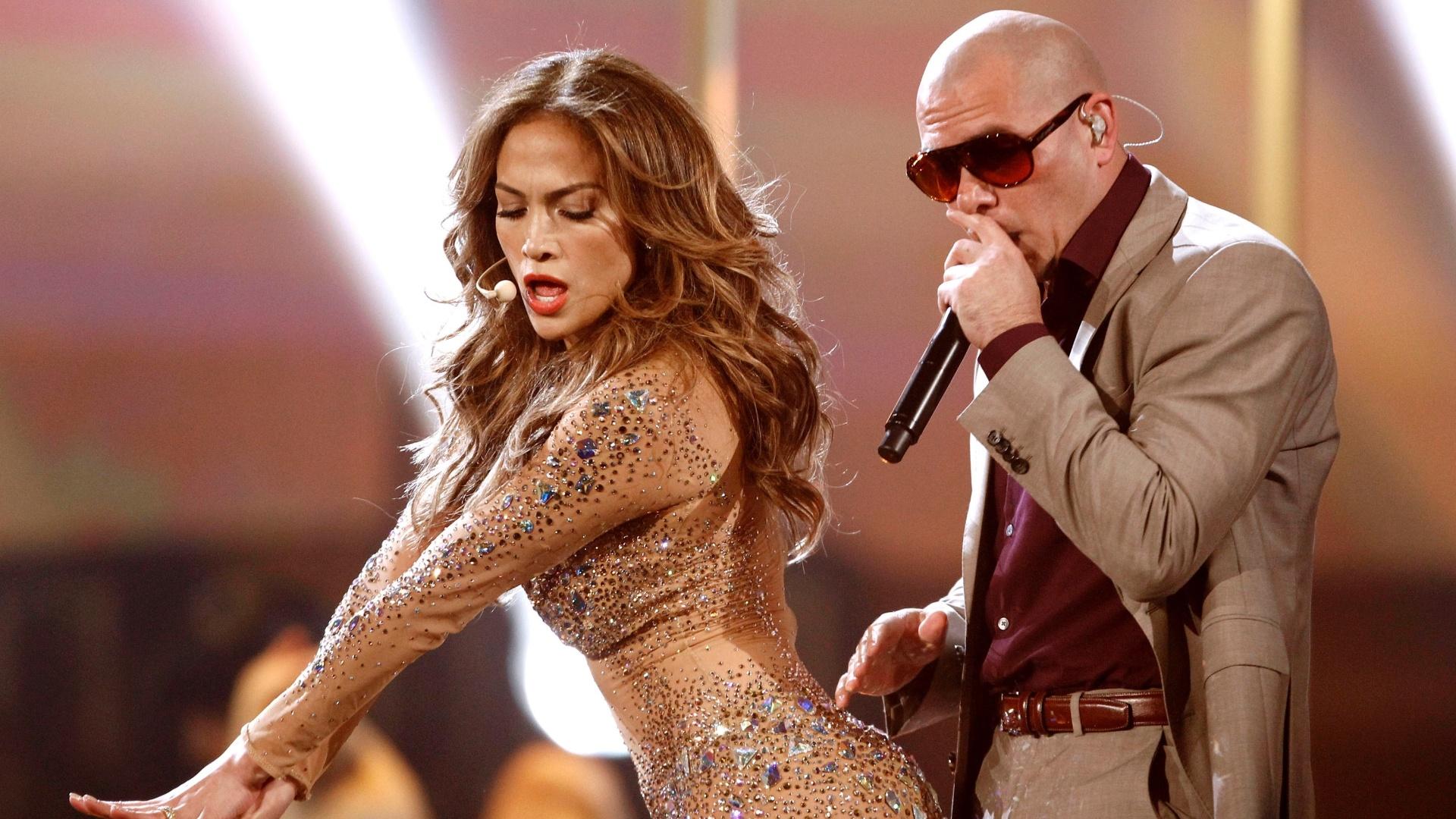 Jennifer Lopez faz dança sensual durante apresentação no