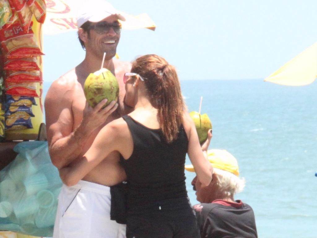 Nívea Stelmann curte o verão ao lado do novo namorado no Rio de Janeiro (21/11/11)