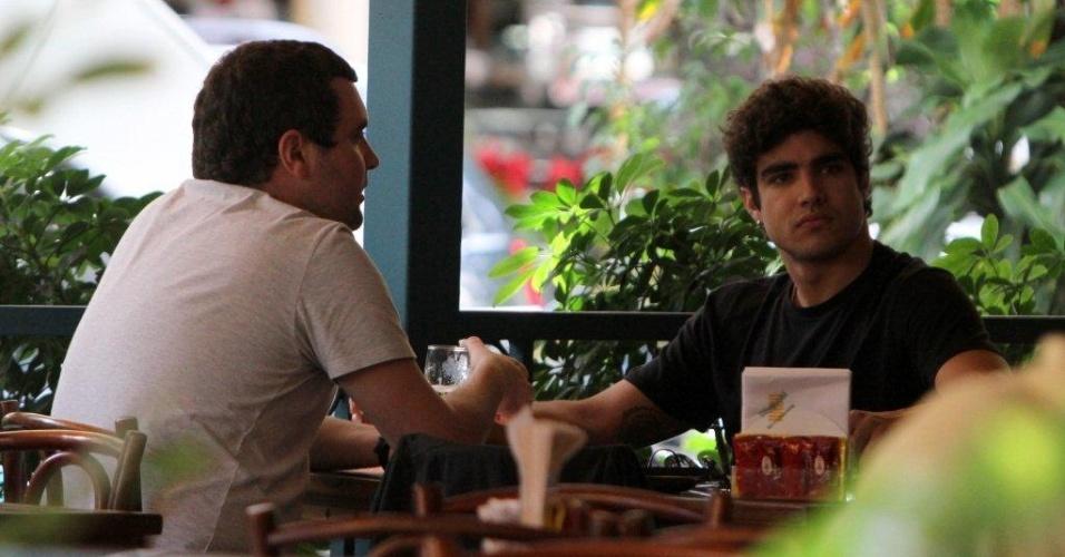 Caio Castro almoça com o empresário Felipe Carauta no Rio de Janeiro (23/11/2011)