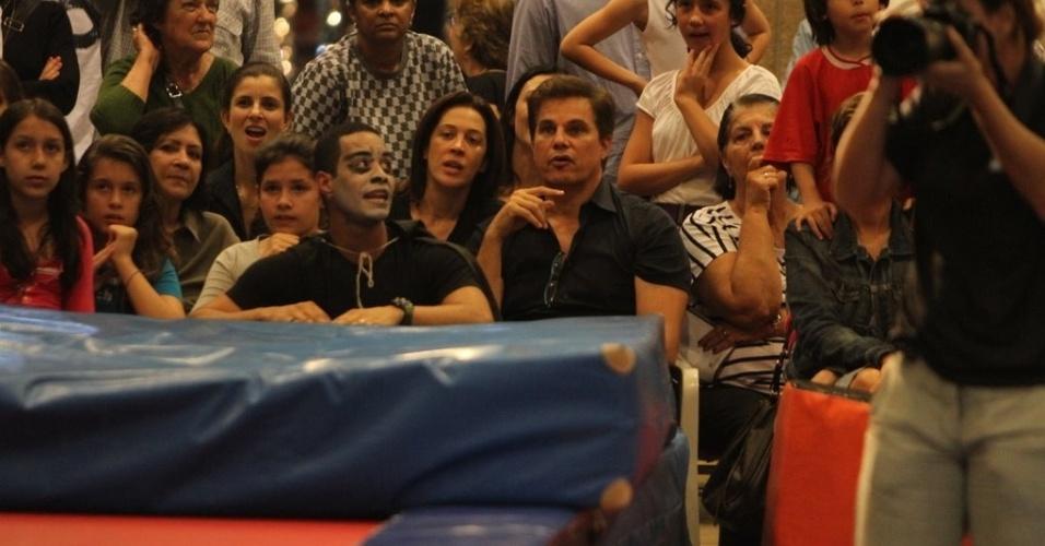 Mesmo separados, Claudia Raia e Edson Celulari vão à apresentação de dança da filha caçula (23/11/11)