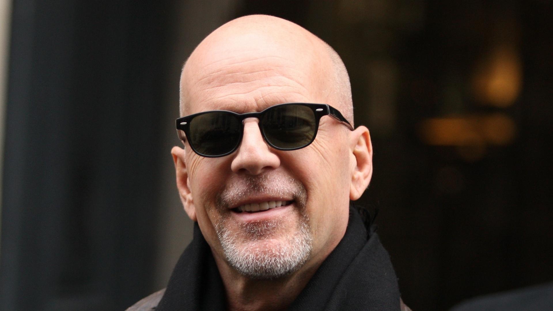 Ao lado das filhas Scout Willis e Rumer Willis, Bruce Willis faz compras em Paris (25/11/11)
