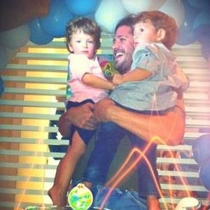 Dado Dolabella posta foto da comemoração do aniversário do filho Eduardo, no Rio (27/11/11)