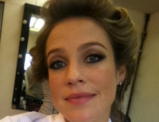 Luana Piovani divulga foto usando bobes nos cabelos (28/11/2011)