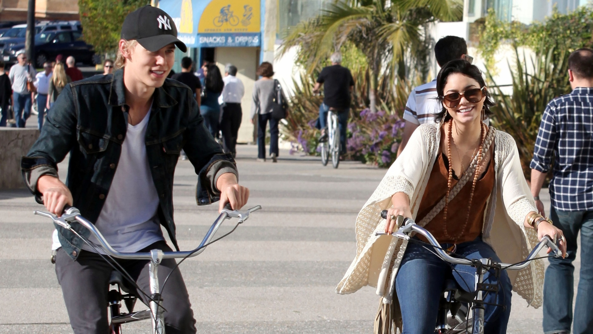Vanessa Hudgens e o novo namorado, Austin Butler, tm dia romntico (26/11/11)
