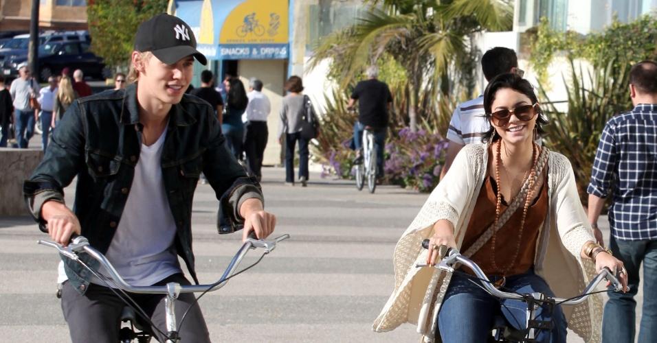 Vanessa Hudgens e o novo namorado, Austin Butler, têm dia romântico (26/11/11)