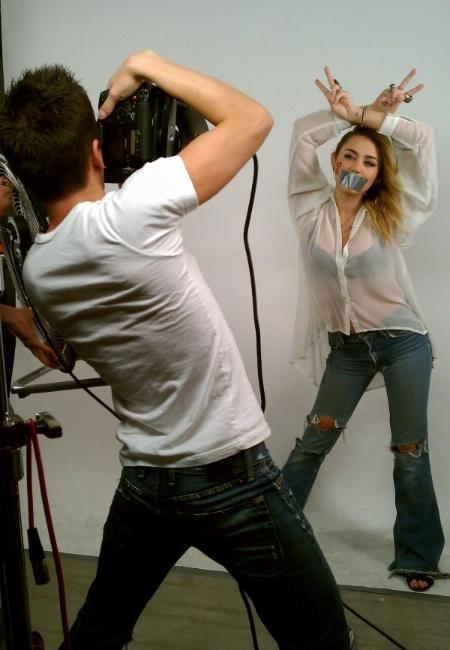 Miley Cyrus posa em defesa do casamento gay na Califórnia (28/11/11)