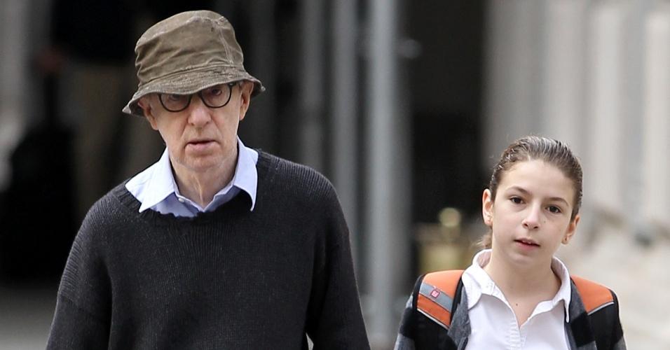 Prestes a completar 76 anos, Woody Allen leva a filha, Manzie Tio Allen, à escola (28/11/11)