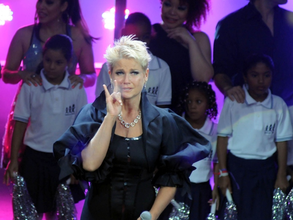 Visivelmente emocionada, Xuxa se expressa pela linguagem dos sinais no palco do Prmio Extra (29/11/11) 