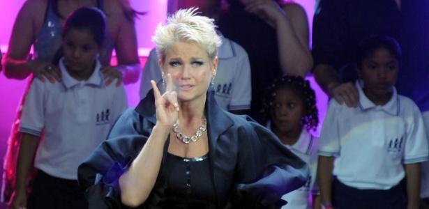 Visivelmente emocionada, Xuxa se expressa pela linguagem dos sinais no palco do Prêmio Extra de Televisão (29/11/11)
