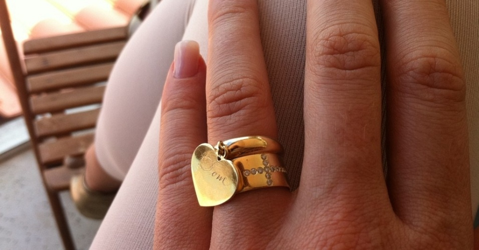 No Twitter, Luana Piovani posta foto pingente com o nome do filho (29/11/11)