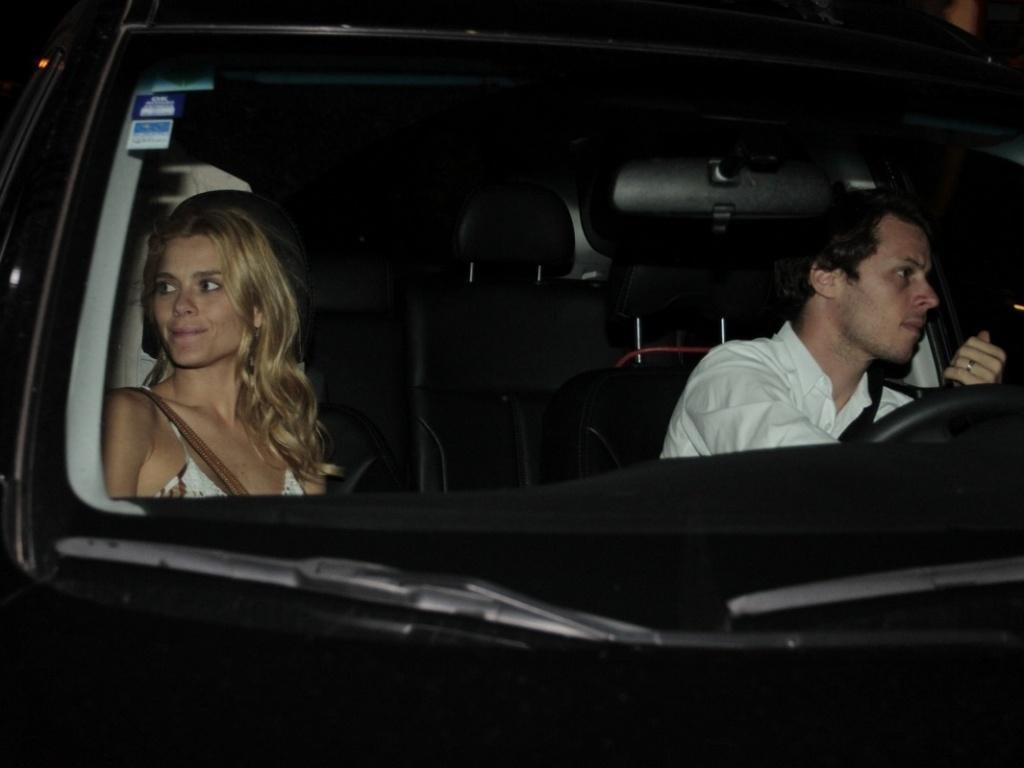 A atriz Carolina Dieckmann chega com o marido Tiago Worcman ao aniversário de 38 anos de Angélica. O jantar foi realizado na casa da apresentadora no Rio de Janeiro. (30/11/11)