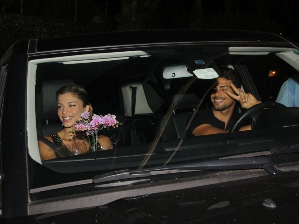 A atriz Grazi Massafera chega com o marido, o ator Cauã Reymond, ao aniversário de 38 anos de Angélica. O jantar foi realizado na casa da apresentadora no Rio de Janeiro (30/11/11)