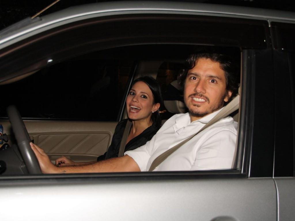 A atriz Juliana Knust chega com o marido Gustavo Machado ao aniversário de 38 anos de Angélica. O jantar foi realizado na casa da apresentadora no Rio de Janeiro (30/11/11)