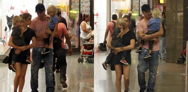 Fernanda Lima e Rodrigo Hilbert passeiam com os filhos em shopping do Rio de Janeiro (02/12/2011)
