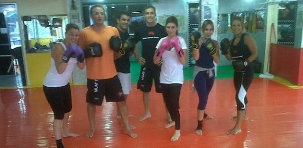 Fernanda Paes Leme treina muay thai com luvas rosa (02/12/2011)