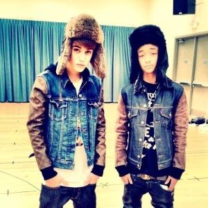 Justin Bieber posa ao lado de Jaden Smith usando looks parecidos (01/12/2011)