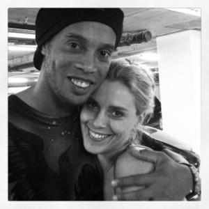 No Twitter, Carolina Dieckmann posta foto ao lado de Ronaldinho Gaúcho (2/12/2011)