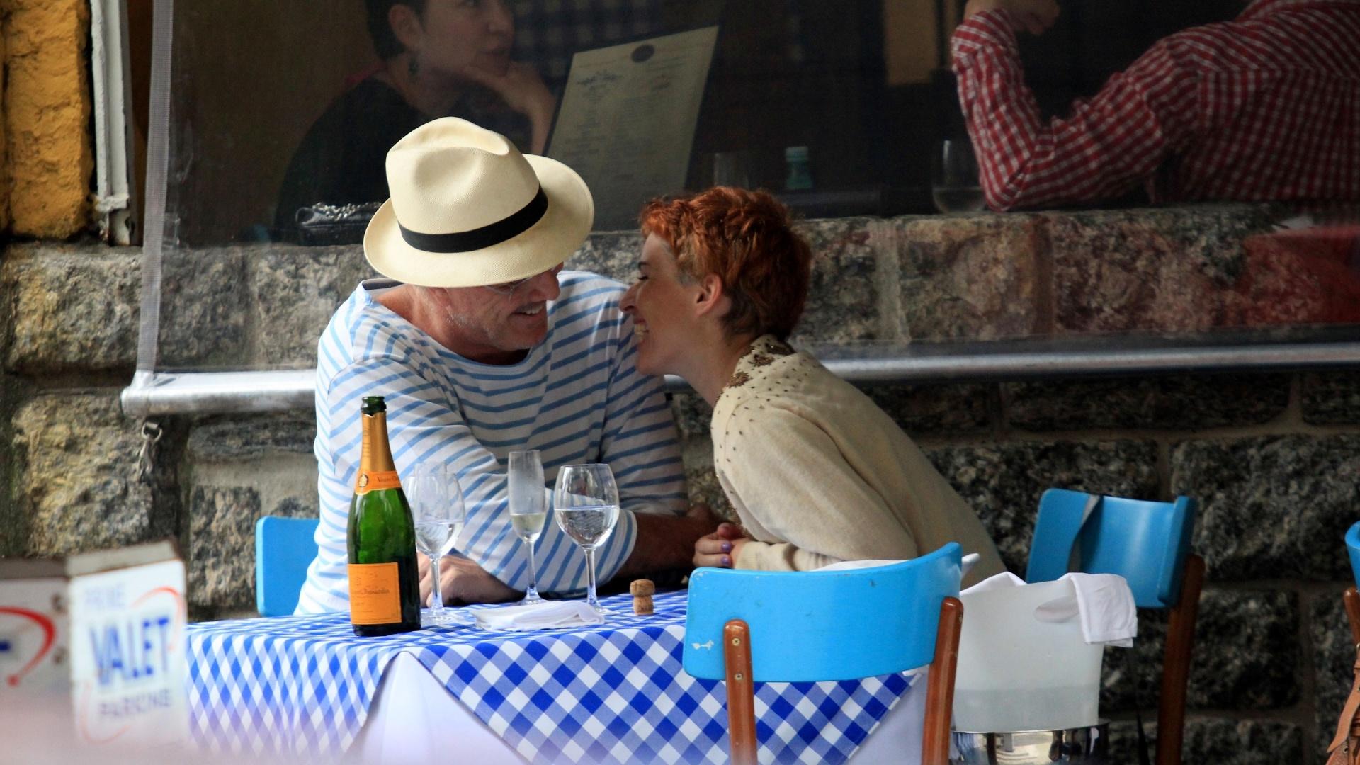 Em clima romântico, o apresentador Pedro Bial sai para jantar com a namorada em Ipanema