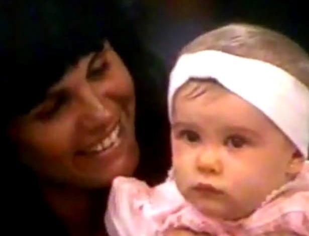 Bárbara Evans, aos 5 meses de idade, no colo de Monique Evans no