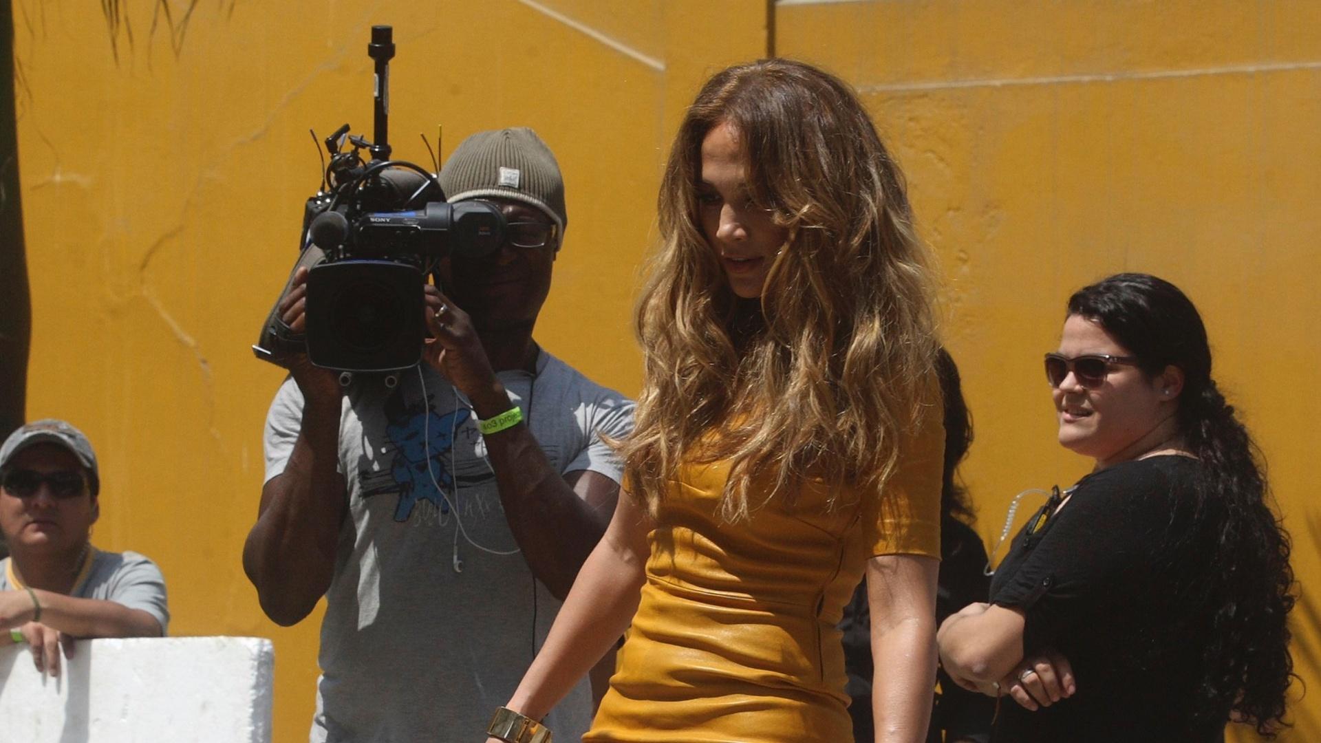 Jennifer Lopez joga futebol de salto alto durante as gravações do reality show