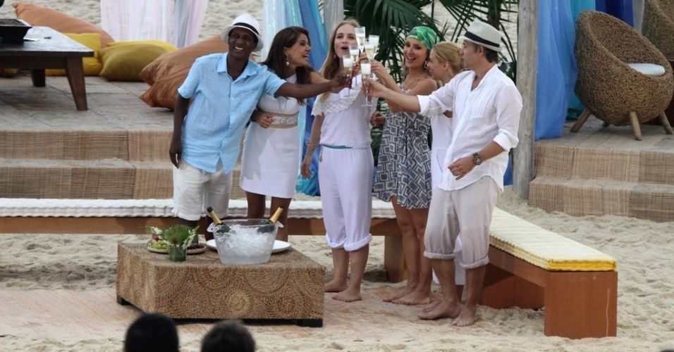 Angélica brinda com Claudia Leitte, Nívea Stelmann, Carolina Dieckmann, Nelson Freitas e Luís Miranda na gravação do especial de Ano Novo do