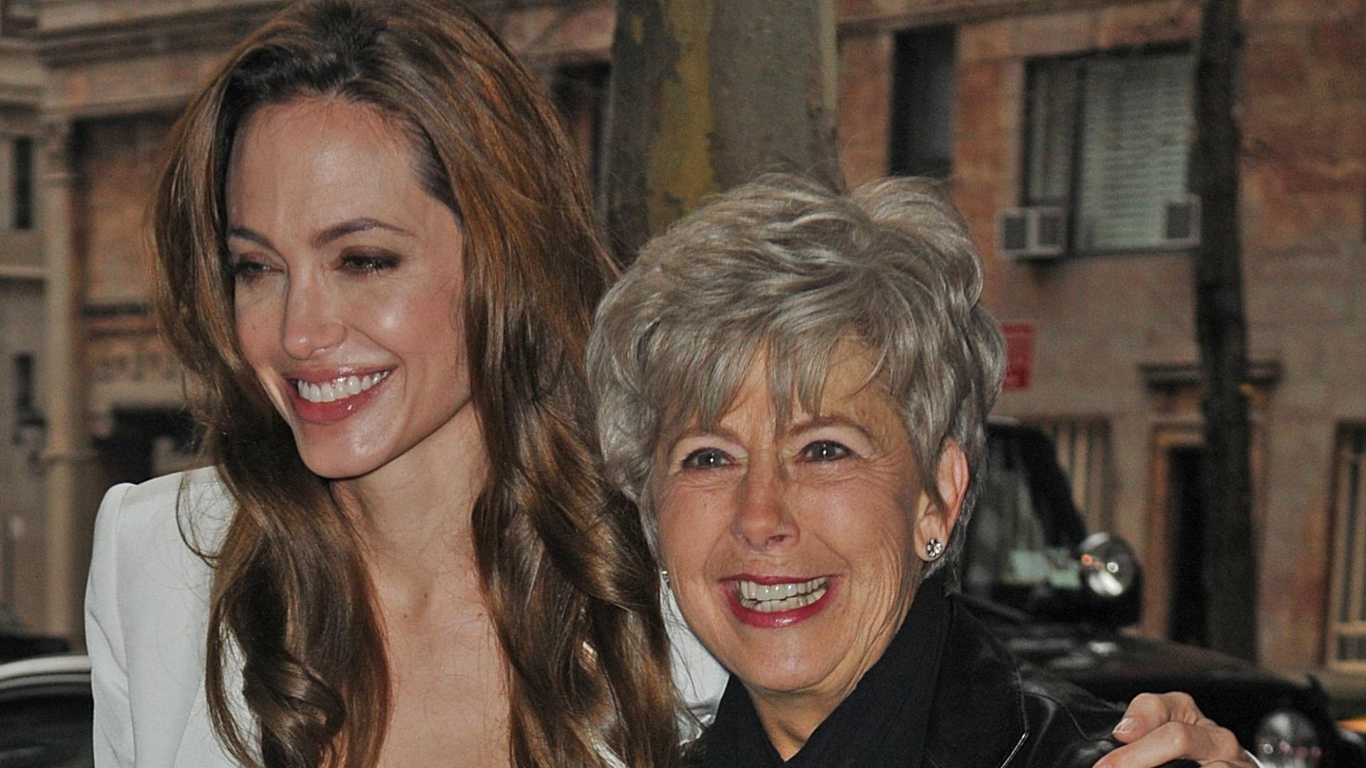 Angelina Jolie e a sogra se divertem nas ruas de Nova York (5/12/11)