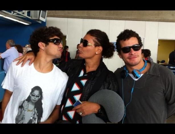 Caio Castro, David Brazil e Thiago Martins em aeroporto do Rio de Janeiro (05/12/2011)