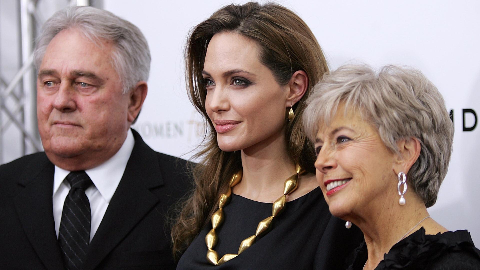 Pais de Brad Pitt prestigiam a nora, Angelina Jolie, na pré-estreia do filme